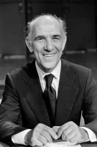 Le diplomate et écrivain français Stéphane Hessel pose dans les studios de la Maison de la Radio le 20 septembre 1982 à Paris.