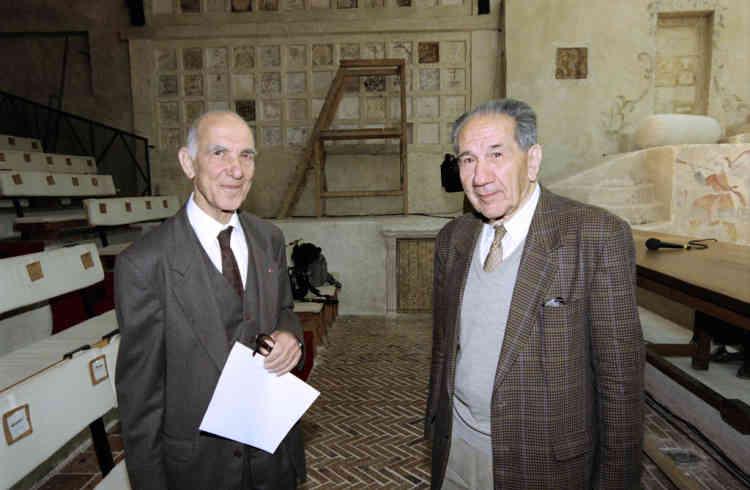 Antoine Sanguinetti et Stéphane Hessel, qui font partie du collège de médiateurs dans l'affaire des sans-papiers de l'église Saint-Bernard posent, le 1er juillet 1996 sur la scène du théâtre de la Cartoucherie de Vincennes.