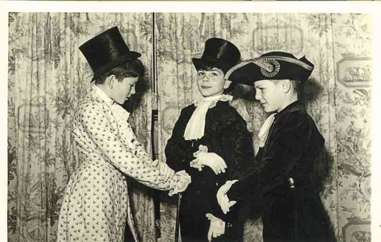 """2- """"Là, je dois avoir 10 ans. Je suis  (à droite) avec mon frère aîné Stanislas (au milieu) et le fils de nos voisins,  Hugues Eynard. J'avais une passion  pour les chapeaux et pour mon frère.  Nous sommes toujours très proches.""""-"""