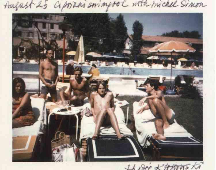 """3- """"Cette photo a été prise en 1972 par Andy Warhol, à l'Hôtel Cipriani de Venise. Nous y passions souvent la fin août. Nous logions dans une annexe un peu moins chère de cet hôtel. On aperçoit Michel Simon (en arrière-plan), des gens de l'équipe d'Andy, son compagnon Jed, et moi, à droite... -"""