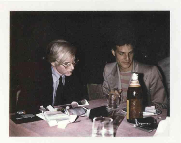 """4- """"Andy et moi en train de légender ses Polaroid. Je l'aide à reconnaître les visages, à écrire les noms. Cette photo fait partie d'un coffret édité par Steidl regroupant quelques Pola d'Andy. C'est la photographe Katerina Jebb, qui me l'a offert."""" -"""