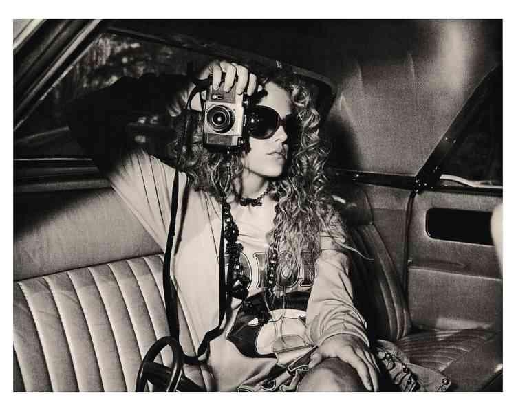 """""""Je suis, depuis les années 1970, fasciné par les filles avec des appareils photo. Le mélange de la beauté et de la machine. J'ai réalisé beaucoup de photos à partir de cette idée, mais celle-ci est peut-être la plus extraordinaire. Nous sommes à l'arrière d'une voiture,  au bois de Vincennes, à Paris, c'était il y a une dizaine d'années. La fille s'appelle Riley, elle est la petite-fille d'Elvis Presley."""""""
