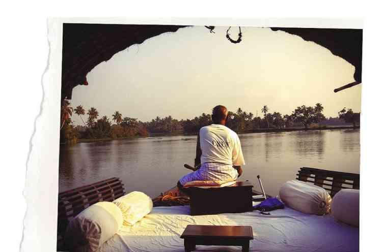 """2 - """"Anciennement utilisés pour la récolte du riz, les backwaters, ces lagunes et lacs du Kerala, dans le sud de l'Inde, sont devenus une attraction touristique que l'on peut sillonner en bateau. Une région dont je me suis inspiré pour la création du parfum Un jardin après la mousson."""" -"""