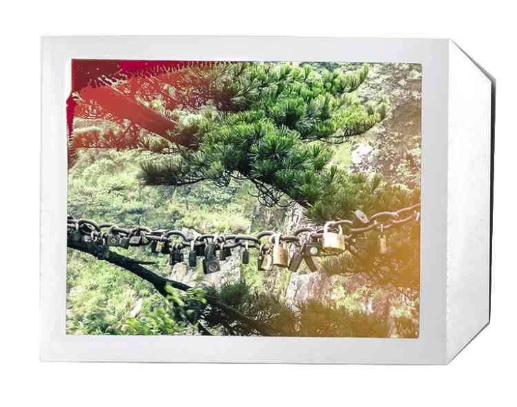 """4 - """"Le mont Huangshan est un lieu sacré pour les Chinois. Les étrangers y sont  rares. Les couples attachent aux chaînes de protection des cadenas, symboles de leurs serments d'amour, avant de jeter la clef dans le ravin. Ils le font depuis près  de trente ans, bien avant les amoureux  du pont des Arts, à Paris."""" -"""