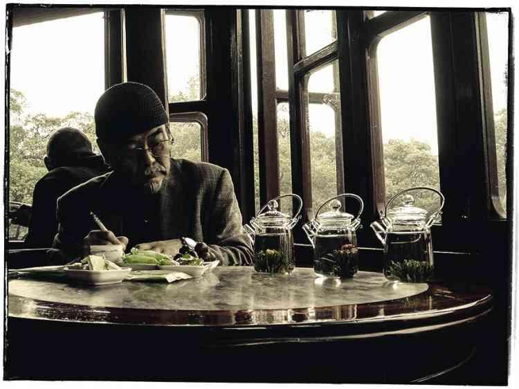 """5 - """"J'ai rencontré ce vieux Chinois  dans un palais des thés. Il doit certainement être critique, car il notait l'épanouissement des fleurs de chrysanthèmes de trois différentes théières.""""  -"""