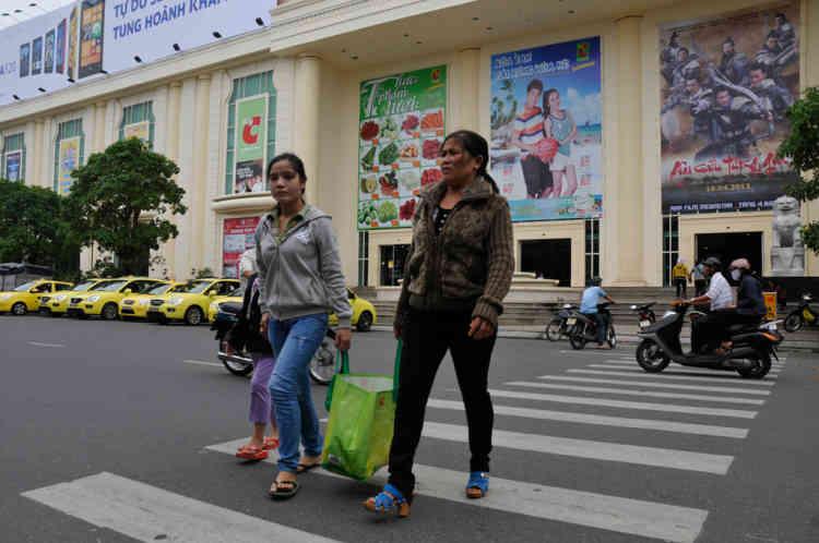 Vietnam Danang Sortie du centre commercial et supermarchŽ  BigC (groupe Casino) au centre de la ville.
