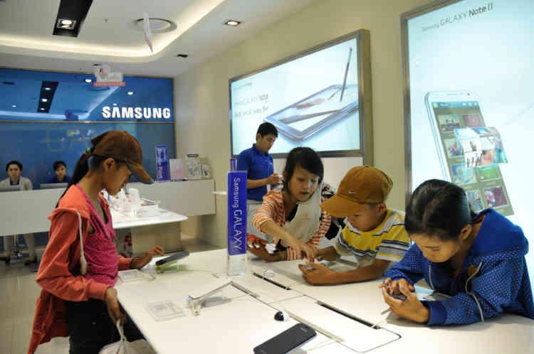 Vietnam Danang.Boutique Samsung dans La Galerie marchande Lotte MArt dans le quartier de Hai Chau a nŽcessitŽ un investissement Coreen de 30 millions de dollars et a vu le jour en 2012. Elle comprend un supermarchŽ Lotte un cinŽma et de nombreux restaurants et boutiques.