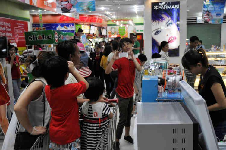Vietnam Danang.supermarchŽ Lotte dans La Galerie marchande Lotte MArt dans le quartier de Hai Chau. La construction a nŽcessitŽ un investissement Coreen de 30 millions de dollars et a vu le jour en 2012. Elle comprend un supermarchŽ Lotte un cinŽma et de nombreux restaurants et boutiques.