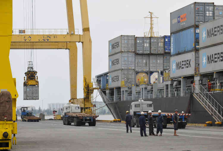 Vietnam Danang. Le Port de Son Tra sur la presqu'ile de Žponyme accueille vraquiers, paquebots de touristes et porte-containers ˆ quelques kilometres du centre ville.