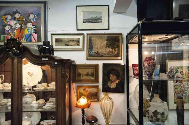 """Fouiller le passé chez Ben-Ami """"Derrière les hôtels du bord de mer se cache une petite salle des ventes, en sous-sol. Ici, pas de fauteuil Louis XV. Mais on peut y dégoter le Catalogue des confectionneurs illustré par Chagall (Paris, 1952), une pièce de monnaie romaine Judaea Capta (70 av. J.-C.) ou un porte-clés à l'effigie de Golda Meir. Au lieu d'un tee-shirt """"Israel is real"""", on peut s'y acheter un objet d'hier pour se souvenir que Tel-Aviv est une ville où nul ne sait de quoi demain sera fait, et où envisager le futur, c'est trouver un bon plan pour le jour même."""" Photo: Ahikam SERI/PANOS/REA"""