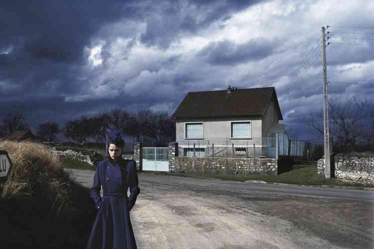 """Steve Hiett""""A 14 ans, lorsque j'ai commencé à m'intéresser à la peinture, j'ai trouvé un petit livre sur Maurice de Vlaminck. Même si le peintre  français du début du xxe siècle n'est plus tellement à la mode aujourd'hui, à l'époque j'avais trouvé ça génial. Pas tant  sa période fauve que ses dernières peintures, comme ces routes et ces villages de l'Hexagone sous les ciels sombres d'orage.  Un jour, en 1979, tandis que je roulais comme souvent dans les banlieues de Paris à la recherche d'un lieu pour faire une photo,  je suis tombé sur ce paysage. Qui m'a tout de suite rappelé une peinture de Vlaminck. Juste au moment où j'étais prêt à shooter,  le soleil est sorti un instant. Juste le temps de saisir l'image. J'avais mon petit Vlaminck dans l'appareil..."""""""