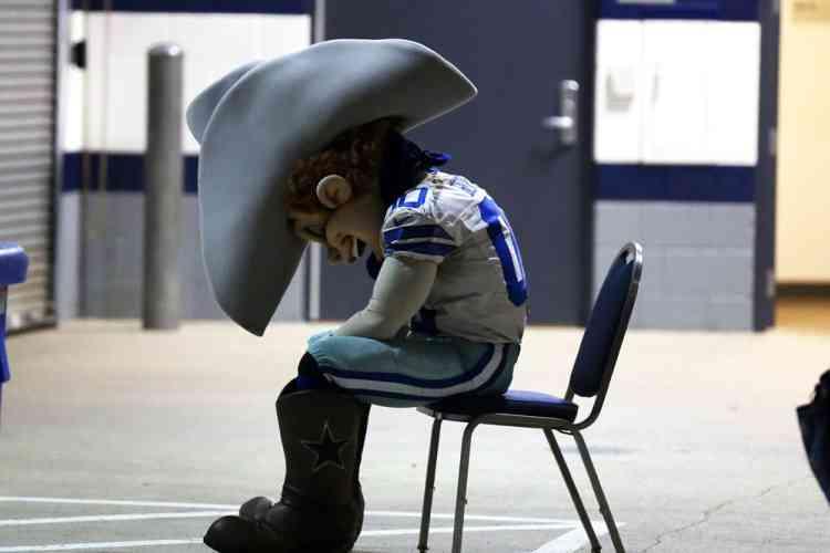 Rowdy, la mascotte de l'équipe de foot américain, les Cowboys de Dallas, pendant la seconde moitié du match contre les Eagles de Philadelphie au Stade AT & T de San Francisco aux États-Unis.