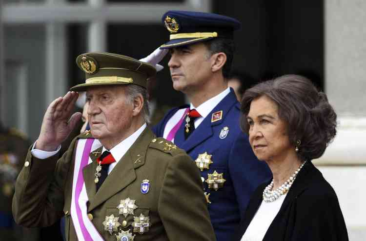 Spain's Crown Prince Felipe (C), King Juan Carlos and Queen Sofia (R) attend an Epiphany Day ceremony at the Royal Palace in Madrid January 6, 2014. REUTERS/Gerard Julien/Pool (SPAIN - Tags: ROYALS RELIGION POLITICS)