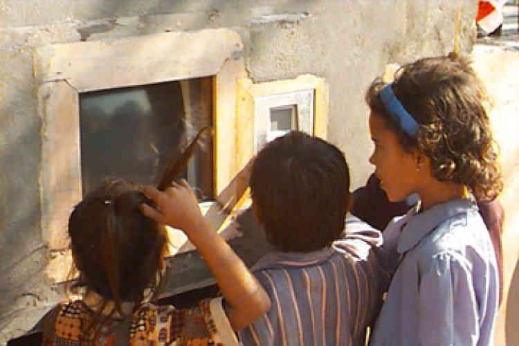 En 1999, alors professeur d'informatique à New Delhi, Sugata Mitra insère dans le mur d'un bidonville un ordinateur et se rend compte que les enfants ont en quelques heures appris à naviguer sur Internet. Il découvre la capacité d'auto-apprentissage face à un écran et décide d'en faire son thème de recherche.