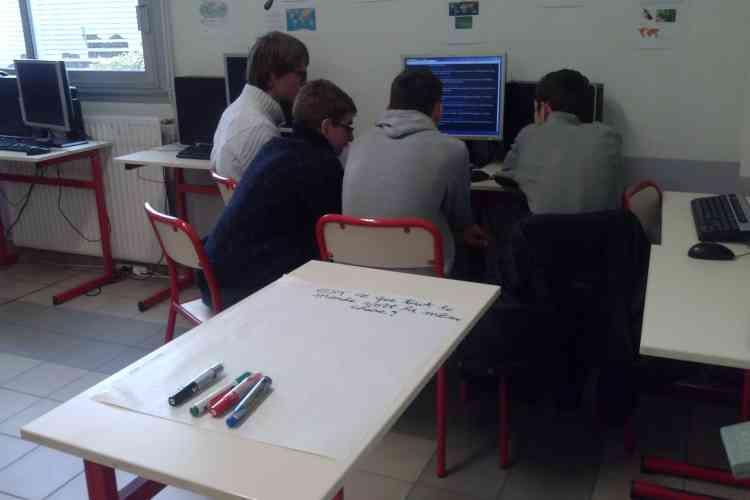 """En France, quelques initiatives se mettent en place, comme ici en décembre 2014 au lycée professionnel La Joliverie  à Saint-Sébastien-sur-Loire, près de Nantes.  La """"grande question""""  est : """"Est-ce que tout le monde voit la même chose ? """""""
