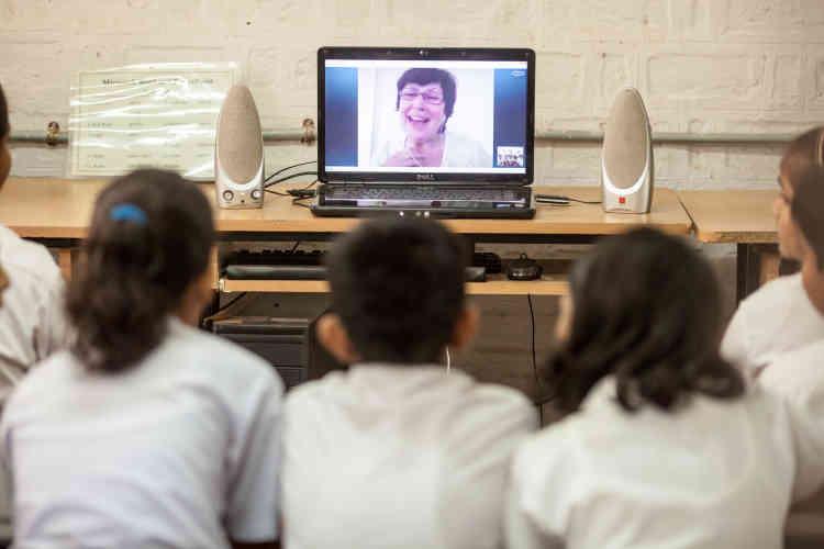"""Dans ces sept  lieux (ici une école indienne), des médiateurs numériques, appelés """"grannies"""", suivent un protocole précis:  ils  posent à distance une «big question» à un groupe d'élèves puis interviennent le moins possible et attendent que les élèves exposent leurs résultats. Un adulte référent est présent dans la salle avec les élèves."""