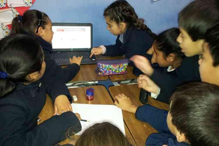 A Santiago du Chili, un collectif s'est lancé dans l'expérience en organisant des sessions à l'école primaire de San Vicente en 2014.  Une grande question est posée aux élèves qui trouver des réponses ensemble et en ligne.