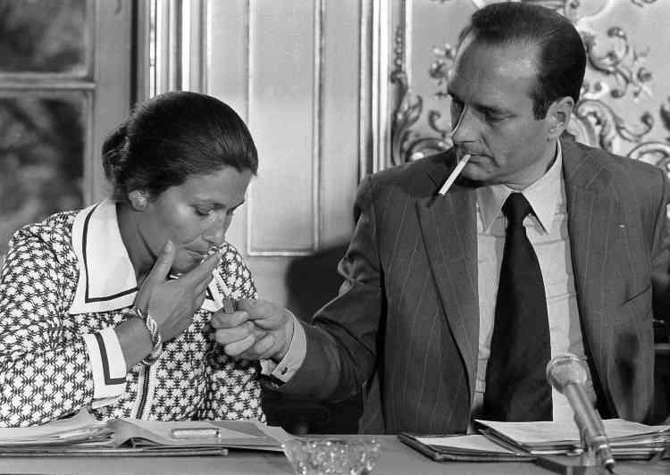Jacques Chirac, qui vient de former son gouvernement, avec sa ministre de la santé, Simone Veil, lors d'une conférence de presse, le 20 juin 1974.