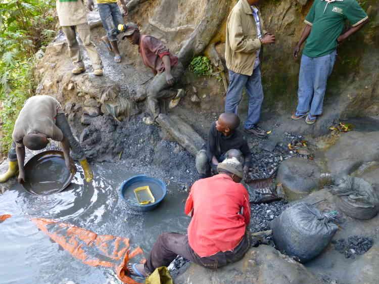 Des orpailleurs dans  la mine d'or artisanale de Mukungwe, près de Bukavu (Sud-Kivu).