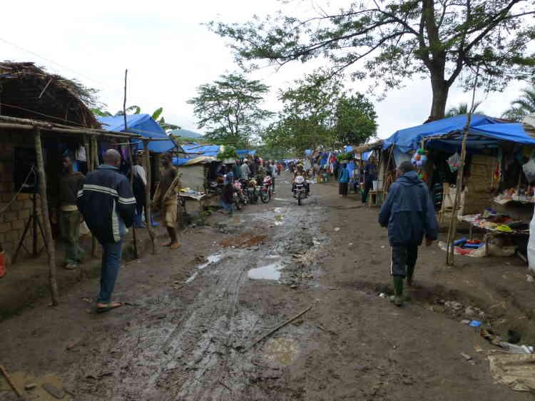 Musebe, Haut Katanga. Depuis la découverte d'un gisement d'or en 2012, des milliers de mineurs ont afflué, suivi par une multitude d'acheteurs d'or.