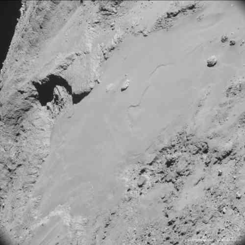 Rosetta survole une région baptisée Imhotep, située sur le plus gros des deux lobes de la comète. L'image révèle l'hétérogénéité de sa surface, les surfaces fracturées contrastant avec des zones aux reliefs plus doux couvertes de poussière.  Le plus gros rocher, visible en haut à droite, a été surnommé