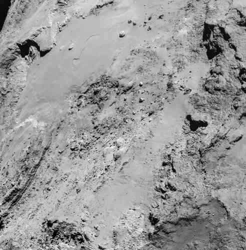 Image prise à 8,9 km de distance du centre de la comète, moins de deux heures après le passage au plus près de Rosetta.