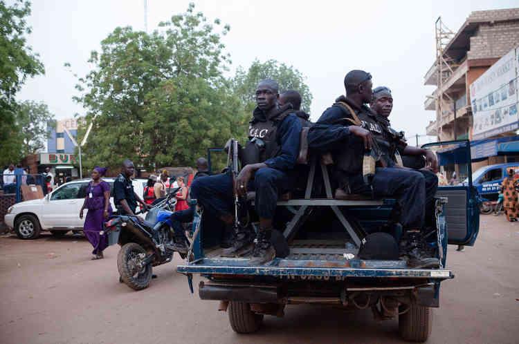 La BAC de Ouagadougou surveille les alentours du cinéma Le Burkina, le jour de la projection de «Timbuktu».