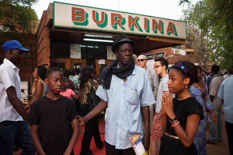 Un spectateur désespère de pouvoir emmener ses petits-enfants voir «Timbuktu» au cinéma. La foule était telle que la plupart des gens faisant la queue dehors depuis des heures n'ont pu entrer voir le film.