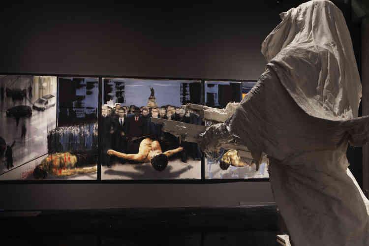 """« Le plâtre permet à l'artiste d'envisager des sculptures à échelle quasi réelle et de conserver une souplesse et un rendu très précis des surfaces. Sur """"Le Cavalier"""", les drapés sophistiqués et l'amorce d'un mouvement de marche confèrent une vie et une présence inouïes au personnage. Toutes les figures emblématiques du """"Monument à Kobané"""" prennent un caractère fantomatique. Qu'elles incarnent les victimes ou les bourreaux, elles appartiennent simultanément au monde des vivants et des morts. »"""