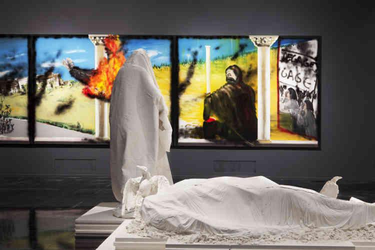 """« Les sculptures composant le """"Monument à Kobané"""" font clairement référence à diverses œuvres majeures de la statuaire, de l'Antiquité au XIXe siècle. En mêlant ces références patrimoniales à ses propres codes artistiques, Pencréac'h atteint une forme de syncrétisme manifeste. Ici, """"Le Gisant"""" renoue avec la sculpture mortuaire médiévale. Entièrement recouvert d'un fin linceul, il redevient une figure anonyme, une victime de la bataille de Kobané. Derrière lui, """"La Mère et les enfants"""" parviennent à rester debout. Le groupe sculpté semble s'ouvrir à l'extérieur, au-delà des limites qu'impose son socle, tandis que """"Tunis"""", vue à travers la fenêtre de l'Histoire, défile. »"""