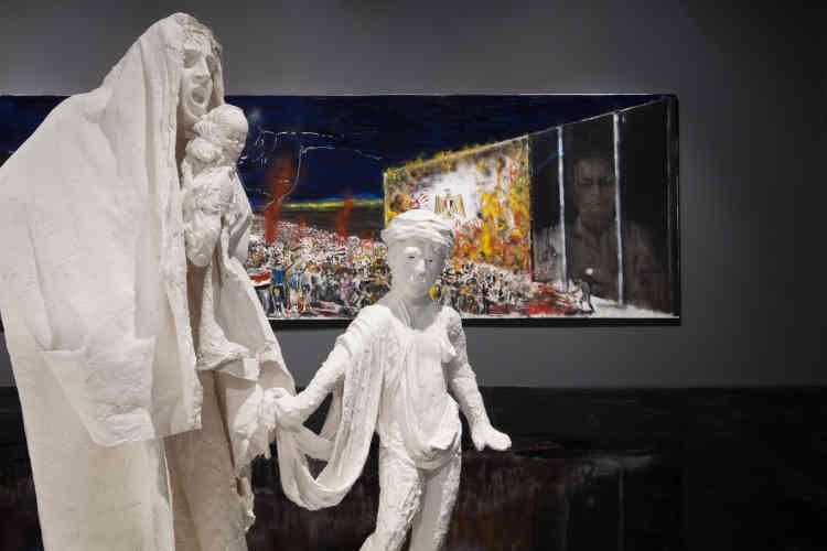 « En choisissant de placer le grand groupe sculpté au milieu des tableaux, l'artiste génère une multitude de récits et d'interprétations possibles. En fonction de nos déplacements dans l'espace, les figures se retrouvent associées aux images que génèrent les peintures. Cet entremêlement transforme l'exposition en une grande installation manifeste. »