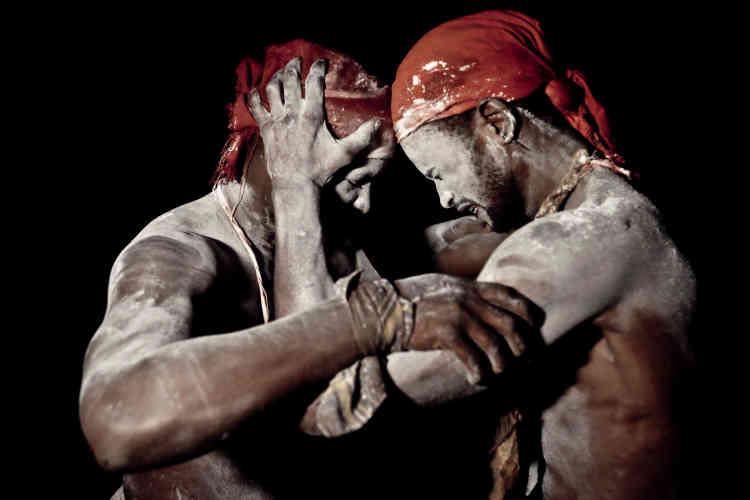 A Kinshasa, les gens se passionnent pour le catch depuis les années 1960-1970. Ce reportage montre que l'imagination et des croyances des Congolais ont transformé le catch en combat de féticheurs.