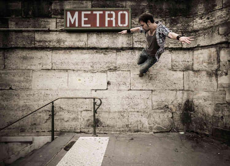 Pendant près de huit mois, à Paris et dans sa région, circassiens de rue, athlètes de free run ou gymnastes créent des mouvements en cohérence avec l'environnement urbain. La pureté de leurs gestuelles artistiques apparaît dans les airs ou au sol.
