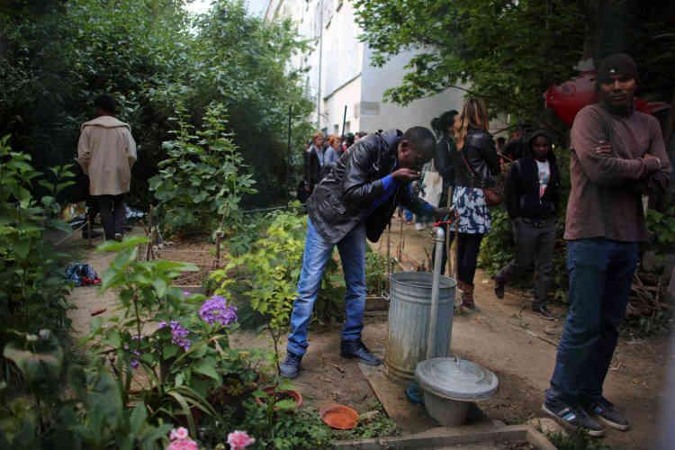 L'arrivée des migrants dans ce jardin s'explique notamment par le fait qu'ils avaient été relogés dans des hôtels éloignés de Paris, loin du tissu associatif dont ils pouvaient profiter dans la capitale.