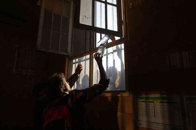 Par une fenêtre donnant sur la rue, passaient de la nourriture et de l'eau, en prévision d'une nuit d'occupation.