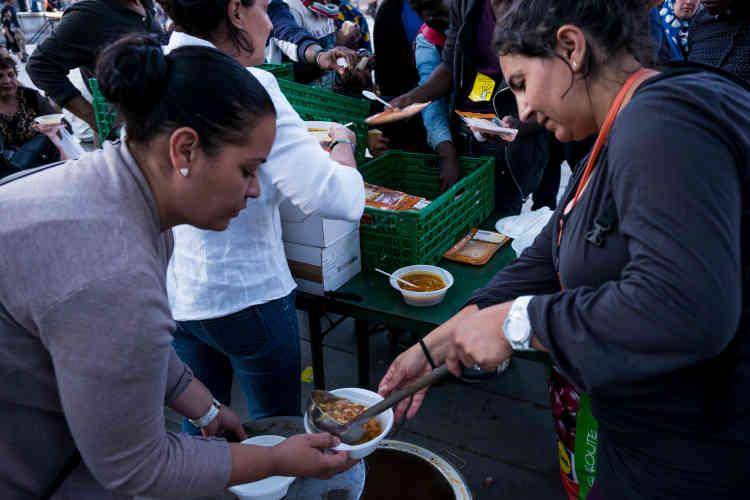 Au cours de la soirée du samedi 1er août, pendant la distribution des repas.