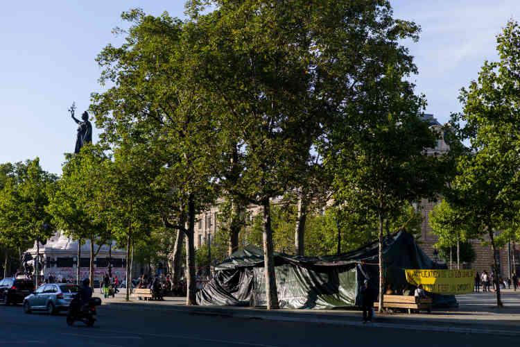 Une bâche accrochée entre quatre arbres : c'est la principale installation du campement monté par l'association Droit au logement (DAL), place de la République, à Paris. L'opération vise à protester contre les  expulsions locatives qui se sont multipliées depuis le début de l'été.