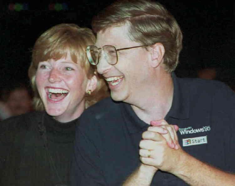 Bill Gates et sa sœur Elizabeth, quelques instants avant le début de la présentation de Windows 95 devant plus de 10 000 personnes, dont 500 journalistes et 9 000 employés de Microsoft.