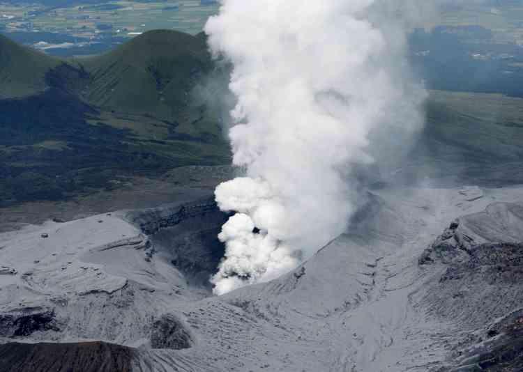 Le Japon a demandé lundi 14 septembre aux touristes de s'éloigner du volcan Aso qui est entré en éruption dans la matinée et crachait toujours en tout début d'après-midi de la fumée et des cendres.