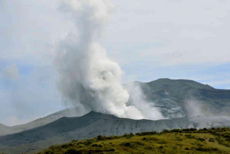 Les autorités ont élevé à 3 le niveau d'alerte volcanique sur une échelle de cinq, alors qu'un épais panache de fumée blanche et de cendres noires s'élevait à environ 2 000 mètres au-dessus de l'énorme volcan situé sur l'île de Kyushu, dans le sud-est du pays.