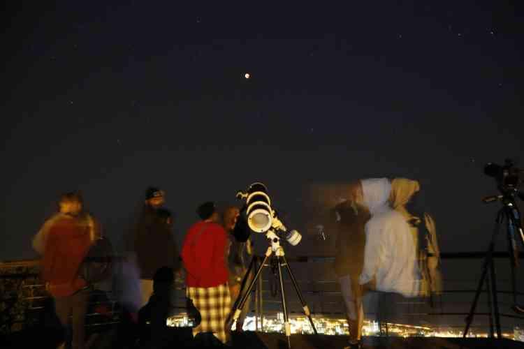 Des Sud-africains observent l'éclipse à l'aide d'un télescope depuis Le Cap. Notre satellite circulait à moins de 357 000 kilomètres de distance, et offre donc son plus gros diamètre apparent. Et il circule dans le même plan que la Terre autour du Soleil – le plan de l'écliptique –, traversant l'ombre de notre planète pour s'éclipser.