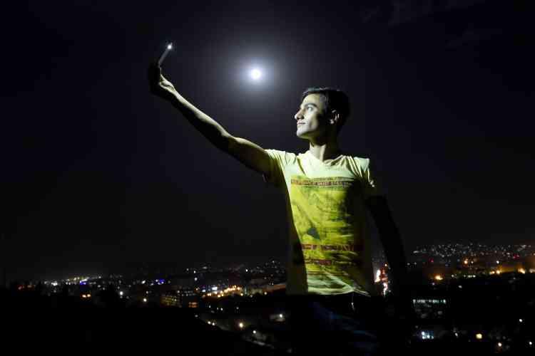 A Kaboul, en Afghanistan. Un jeune Afghan réalise un selfie depuis une des collines de Kaboul, à quelques heures du début de l'éclipse. Cet phénomène est le résultat de la conjonction rare de deux phénomènes astronomiques : aux premières heures de lundi, la Lune était à son périgée, point le plus proche de la Terre.