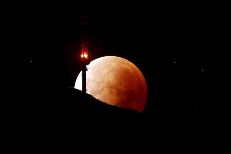 Depuis le sommet du Rigi. La Terre était par ailleurs parfaitement alignée avec la Lune et le Soleil, privant ainsi la Lune, qui ne produit pas sa propre lumière, de la lumière qu'elle reçoit du Soleil et qui lui donne normalement sa couleur blanche.