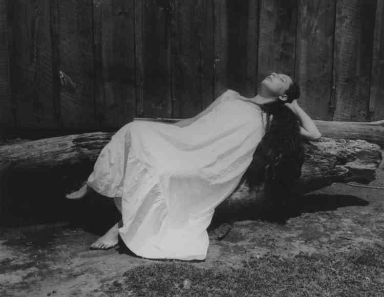 """""""Difficile de ne pas rapprocher cette photographie de la célèbre 'Bonne renommée endormie' que Manuel Alvarez Bravo signe quelques années auparavant. Les inspirations de Lola et celles de Manuel se croisent. Tous deux nous livrent une représentation de cet état mystérieux qui rapproche le songe de l'instant de l'endormissement, lorsque l'esprit quitte le monde réel pour aborder le territoire de l'imaginaire. Curieusement, on retrouve dans l'œuvre d'un photographe vénézuélien, Ricardo Razetti, cette même Isabel Villaseñor, photographiée au même moment, mais sous un angle légèrement différent. Lola ne nous en a rien dit."""""""