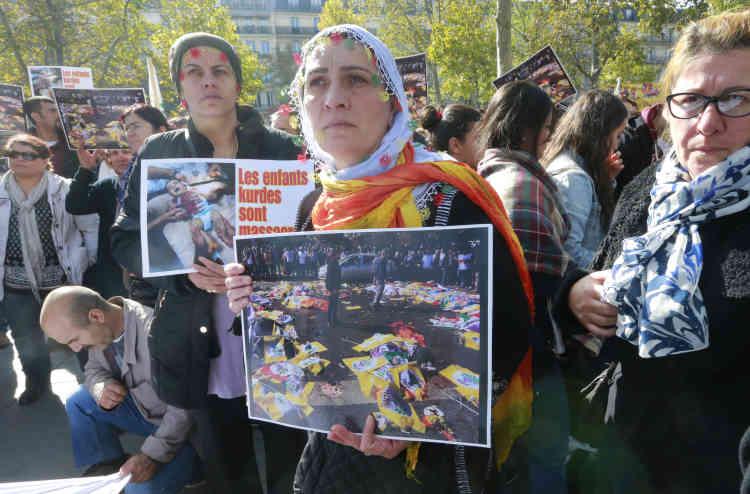 Environ un millier de personnes, en très large majorité kurdes, ont manifesté samedi à Paris à l'appel du Conseil démocratique kurde en France (CDKF) pour dénoncer le double attentat.