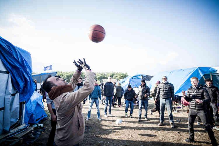 Deux jeunes étudiants belges sont venus deux jours aider les réfugiés. Les temps de jeu permettent d'adoucir une atmosphère parfois tendue.