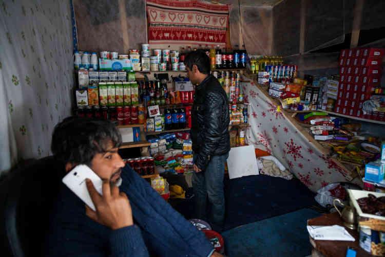 """Les différents magasins improvisés dans le camp proposent souvent les mêmes produits. """"Désormais, c'est le lieu de refuge de tous les damnés de la terre. On a même une tente de Bédouins du Koweït. Chez eux, ils n'ont droit à rien. Ils viennent voir ici"""", observe Dominique, un Calaisien qui offre l'électricité pour charger les téléphones."""