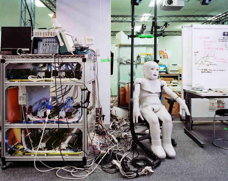 « Je voulais travailler sur l'idée de laboratoire en tant qu'espace où se formalisent les projets de la société du futur. C'est un lieu unique, confiné, savant, secret, à l'écart du monde où s'élaborent silencieusement les inventions qui révolutionneront notre vie quotidienne ou celles dont nous n'aurons jamais connaissance. »
