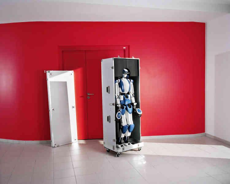« 'Plus les machines sont puissantes, plus le regard que les hommes portent sur eux-mêmes est négatif', nous dit le philosophe Jean-Michel Besnier. Les questions que posent ces portraits s'organisent autour de la relation désir / répulsion. »