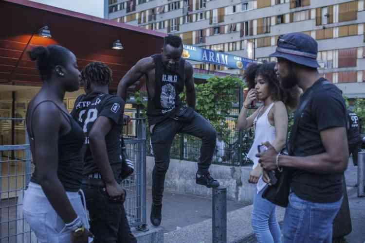 Des jeunes du Chêne Pointu se retrouvent après un concert pour se rendre ensuite à un barbecue organisé par les grands du quartier.